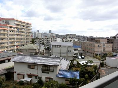 【現地写真】周りには高い建物はございません♪陽当たりのいいお部屋です♪