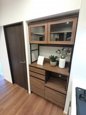 新規造作の食器棚です。