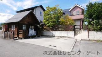 平成8年築 地積:234.84平米(71.03坪)庭先のログハウスもお使いになれます。