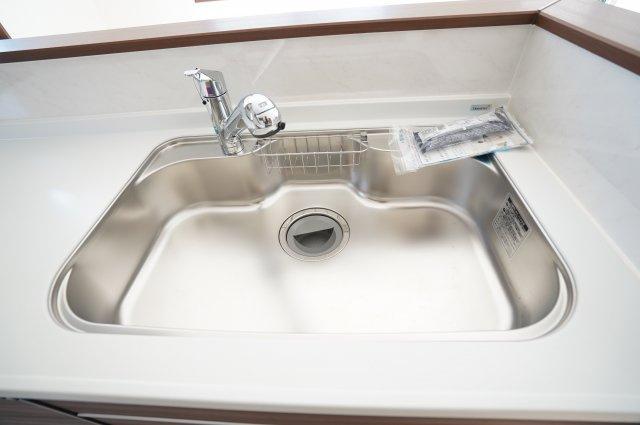 大きいお皿やフライパンなど洗いやすい広々シンク!
