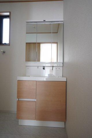 使いやすい独立洗面台です 窓もあるので換気できますよ。