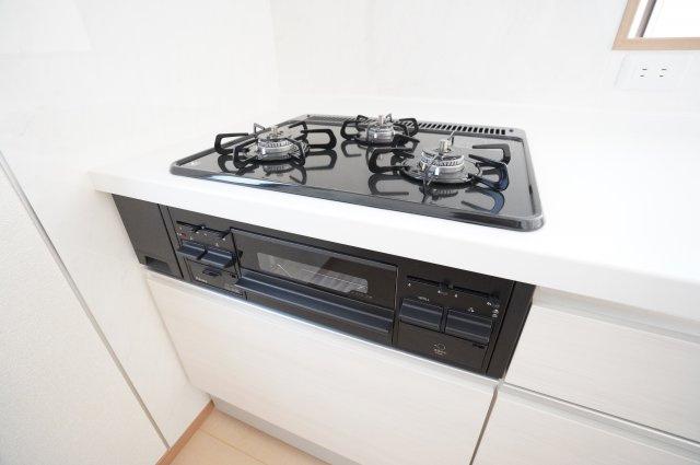 3口コンロで同時に複数のお料理を作ることができますよ。