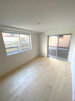 1階6帖の納戸です。窓が大きく明るいお部屋です。