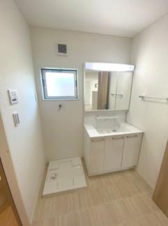 洗濯機置場は防水パン付♪窓もあるので換気もできます。