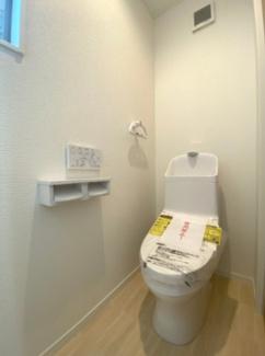ウォシュレット付きのトイレです。ペーパーホルダーはダブル♪
