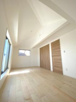 8.2帖の洋室です♪勾配天井がおしゃれです。