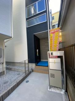 建物入口です。モニター付きインターホン付♪