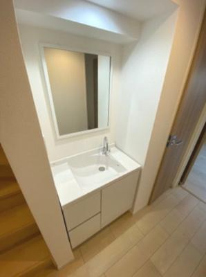 玄関近くに洗面台があるのですぐに手を洗う事が出来ます