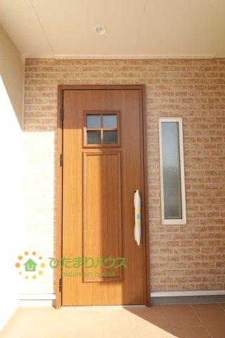 レンガの壁と明るい茶色のドアがとっても可愛いです♪