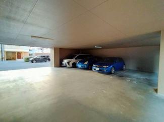 マンション敷地内に駐車場がございます。 空き情報は確認して下さい。