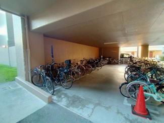 駐輪場です。 大切な自転車を雨風から守る事ができますね♪