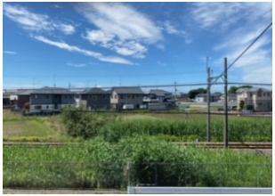 二階のベランダからの眺めです。東武小泉線の線路があります。