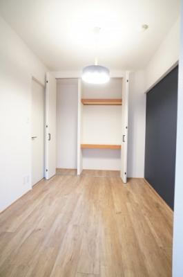 【洋室4.6帖】 建材の色合いからモダンテイストも似合いそうな洋室。 主寝室としてもご利用頂ける広さがあり、 大型の家具を置くなど使い勝手も良いです。