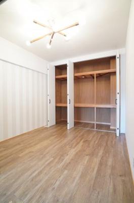 【洋室4.7帖】 コートやスーツだけでなく、収納棚を中にしまえば ニットやパンツも中にしまえて お部屋をすっきりとお使いいただけます! お部屋のコーディネートと幅が広がります♪