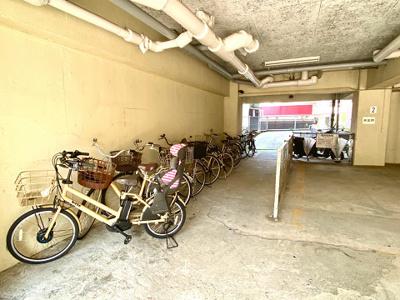 敷地内には駐輪場やバイク置き場もございます。