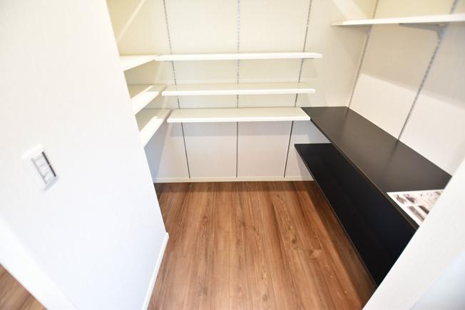 大型のキッチンパントリーも設置済。