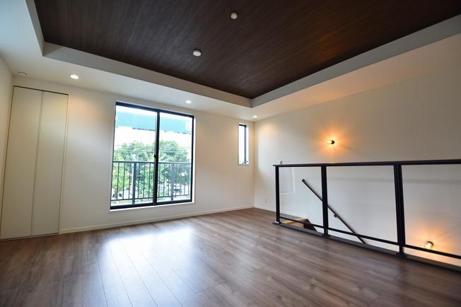 LDK18.7帖の大空間は家族の集まる団らんスペース、明り取りの窓からからも光の集まる陽だまりの空間です。