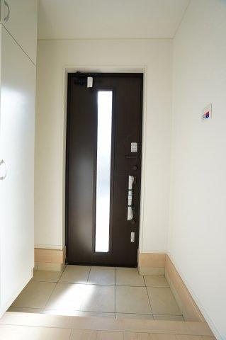 ガラス窓から差し込む光で玄関を明るく照らしてくれますよ。