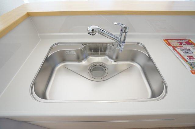 広々シンクで大きいお皿やフライパンをラクラク洗うことができますよ。