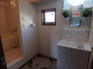 洗面所内、シャンプードレッサー横にある室内洗濯機置き場です♪キャスターが付いているのでお掃除もラクラクです☆