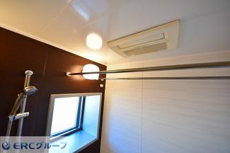 浴室乾燥暖房機付きで寒い冬でもあったかくしてお風呂に入れます。窓もありカビの心配もありません。