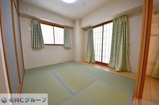 和室には板の間があり、6帖以上の広さがございます。