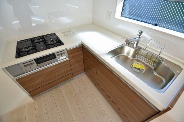 使い勝手のいい、L型システムキッチン