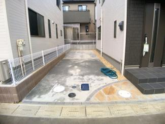 駐車スペースです。建物は全棟南東向きで冬には嬉しい床暖房が設置されています。