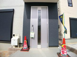 玄関です。敷地は約30.2坪から約35.1坪で建物は述べ約27坪から29.8坪の3LDK/4LDKです。