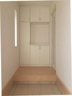 窓から光が差し込む明るいエントランスには大容量のシューズボックスがあります。玄関がキレイに片付きますね