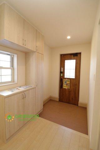 毎朝家族を送り出す玄関は、小窓から優しく光が差し込みます。