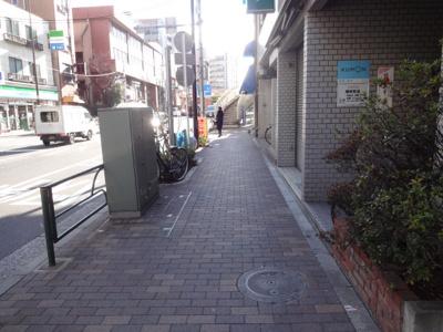 倉澤ビル 建物前 尾竹橋通り沿いの物件で夜道も安心です