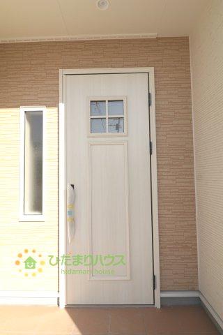 白のドアがオシャレでお家に帰るのが楽しみになりますね♪