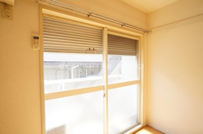 窓にはシャッターが付いています♪