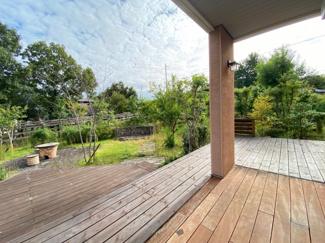 ウッドデッキと緑豊かな庭