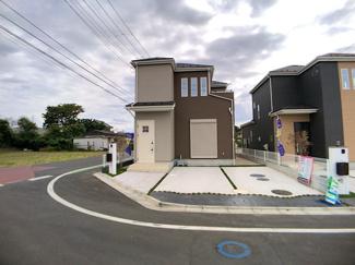 敷地面積は約42.7坪から約50坪と広く全棟駐車スペースは2~3台可能です。