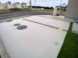 駐車スペースです。前面道路が6.5mと広いので簡単に駐車できます。