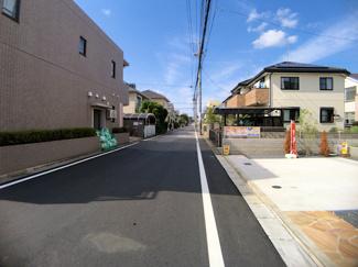前面道路は6mの公道です。教育施設も充実です!千葉日大学園徒歩10分で、小学校は徒歩9分です。