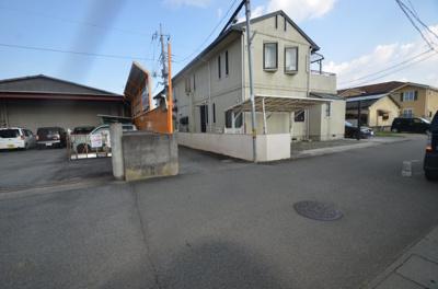 山梨学院和戸サッカー場東の道路に面した道から入った先に土地があります。