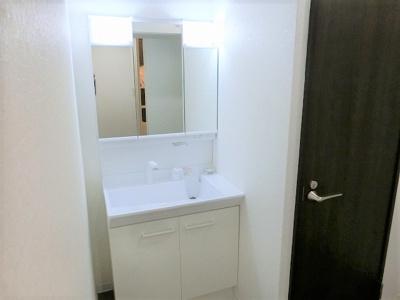 【現地写真】デザイン性の高い洗面化粧台。一日の始まりと終わりを心地よく演出してくれる場所です♪