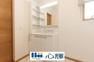 大きく見やすい三面鏡で清潔感ある洗面台。収納も多く、コスメ等もスッキリと仕舞えます。