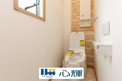 洗浄付き、暖房付き便座が魅力的なトイレ。毎日使用する場所だから、いつも清潔な空間であって頂けるよう配慮しました。