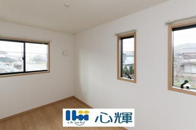 明るさを基調とした部屋は、部屋をより広く見せてくれます。光を反射するので部屋を明るく美しく見せる効果もあります。収納スペースは広すぎずスッキリ片付きそうです。
