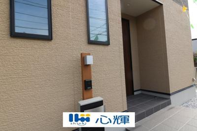 玄関にはTVモニター付きインターホン(カメラ)が標準設置。セキュリティも万全です。