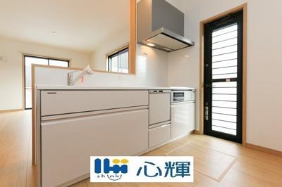 バックスペースには冷蔵庫やカップボードを配置しても充分な広さを確保しています。