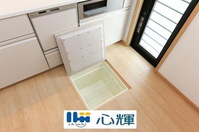 保存食やキッチンアイテム等を収納し、キッチンを広く快適に利用出来ます。