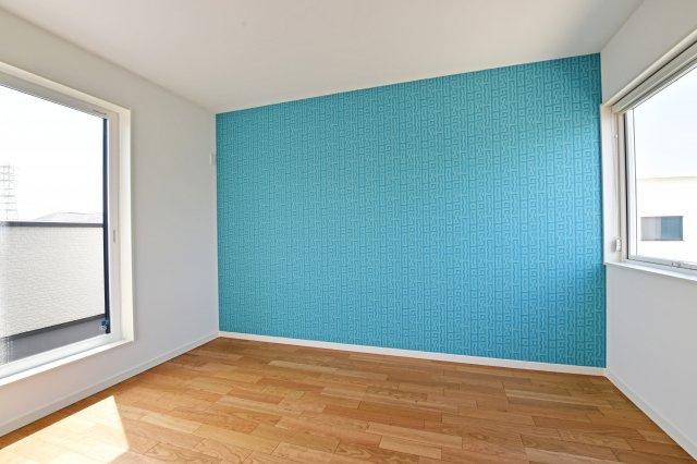 壁紙も様々な種類を採用し、彩り豊かな一戸建てへ。内装ひとつに工夫を凝らしています。