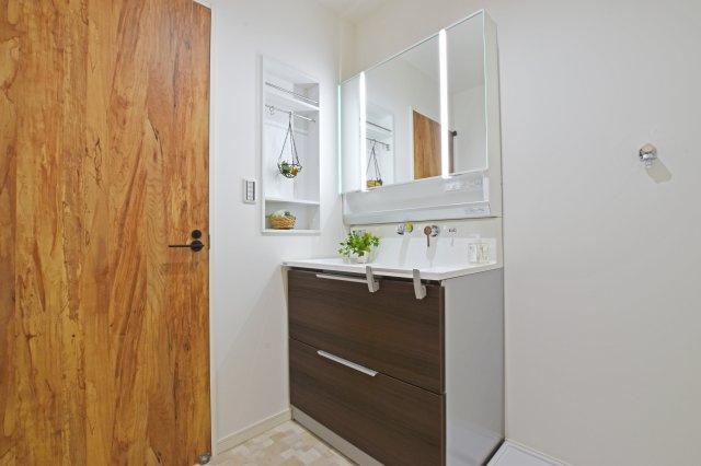 お手入れの簡単なシャワー式洗面化粧台です。