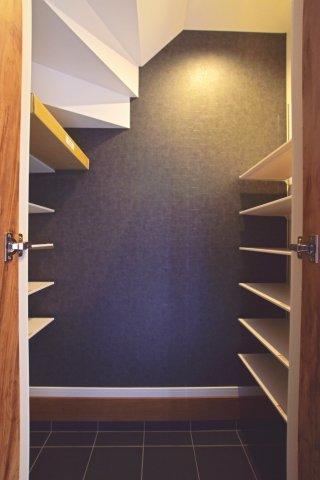 玄関にはシューズクロークがございますので、室内に収納しにくいものも気軽に収納できます。 散らかりがちな玄関周りもスッキリ出来ますね。