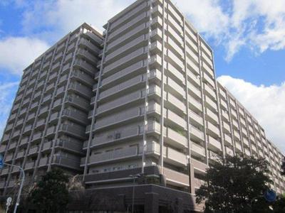 14階建て総戸数200戸、鉄骨鉄筋コンクリート造の大規模マンションです。 マンションはブラウンとライトグレーを使ったタイル貼りの落ち着いた雰囲気の外観です。